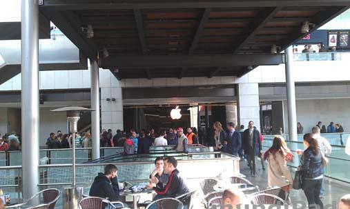 Colas ante la Apple Store de Barcelona