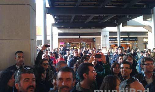 La gente se pega a la puerta de la Apple Store.