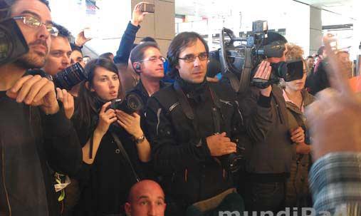 Periodistas a las puertas de Apple Store