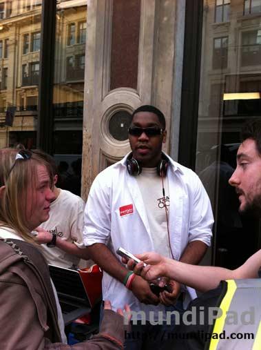Julea Lewis, el primero de la fila en la Apple Store de Londres