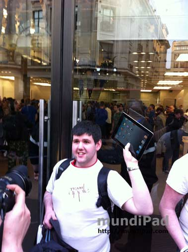 Primeros compradores del iPad 2 en la Apple Store de Londres