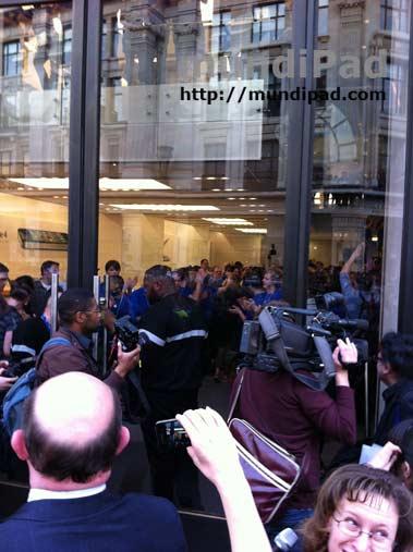 Los empleados cantan dentro de la Apple Store de Londres